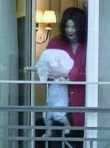 Michael Jackson visade upp den nio månader gamle Prince Michael ll med en handduk över ansiktet, hängande utanför en balkong i Berlin.