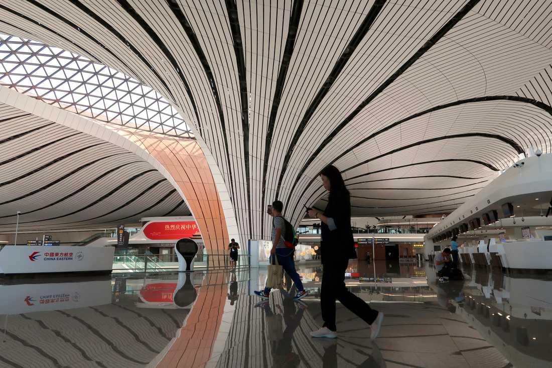 Journalister visas runt på Pekings nya flygplats.