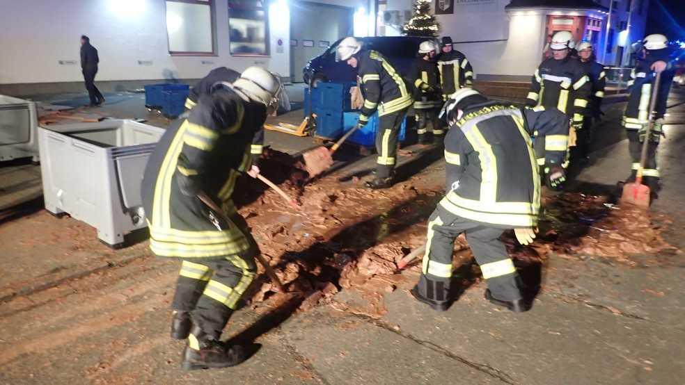 25 brandmän fick rycka ut med spadar och varmt vatten.