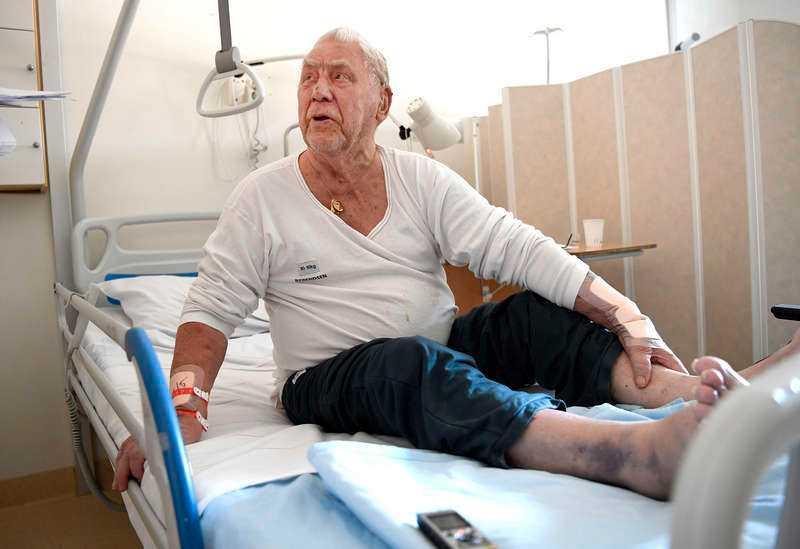 Efter att ha fallit i trappen och slagit sig blodig hittades han av en granne.
