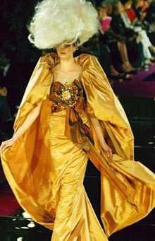 Massor med tyg och massor med hår. Christian Lacroix håller inte tillbaka när nya barocka stilen visas upp på Paris modescen.