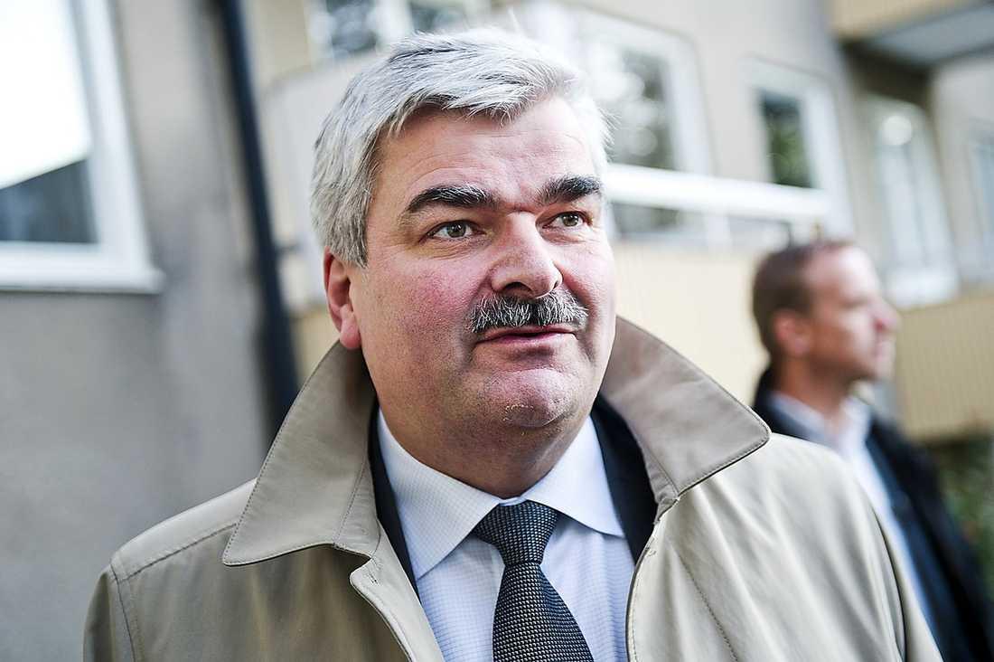 Den hemliga grupperingen inom S räknade med att Juholt skulle avgå. Planen var att Thomas Östros skulle hålla ställningarna tills kongressen 2013 eftersom man inte ville gå igenom processen att utse en ny partiledare så snart igen – efter att Håkan Juholt efterträtt Mona Sahlin.