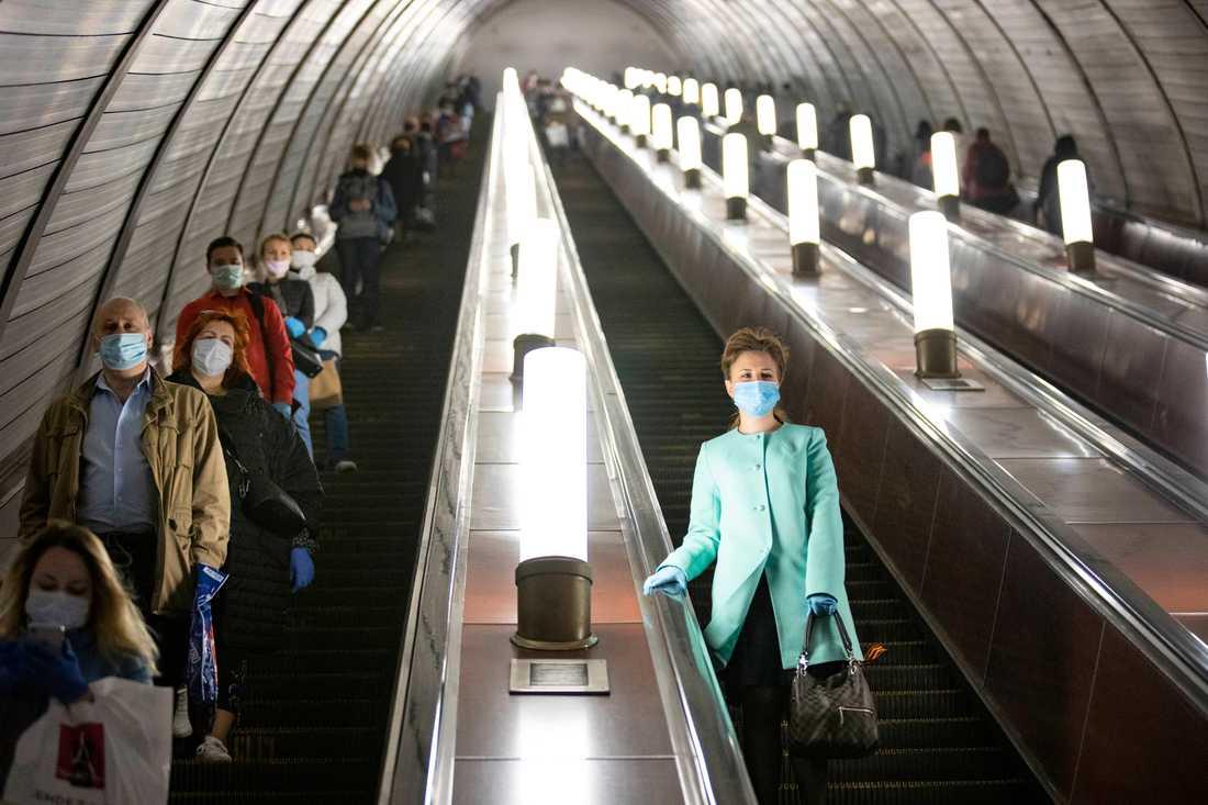 Människor med munskydd i Moskvas tunnelbana tidigare i maj.