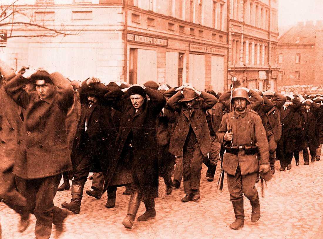 Tillfångatagna  röda förs mot en oviss framtid genom Helsingfors gator 1918. Över 23500 röda dödades efter kriget.