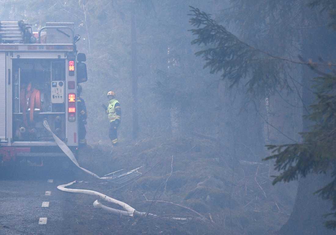 Räddningstjänsten i röken i skånska Hästveda på tisdagskvällen.