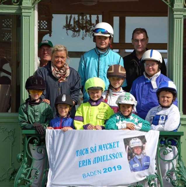 Bilden från Österrike där ungdomarna i Baden tackar för stjärnkusken Erik Adielssons vänliga gest.