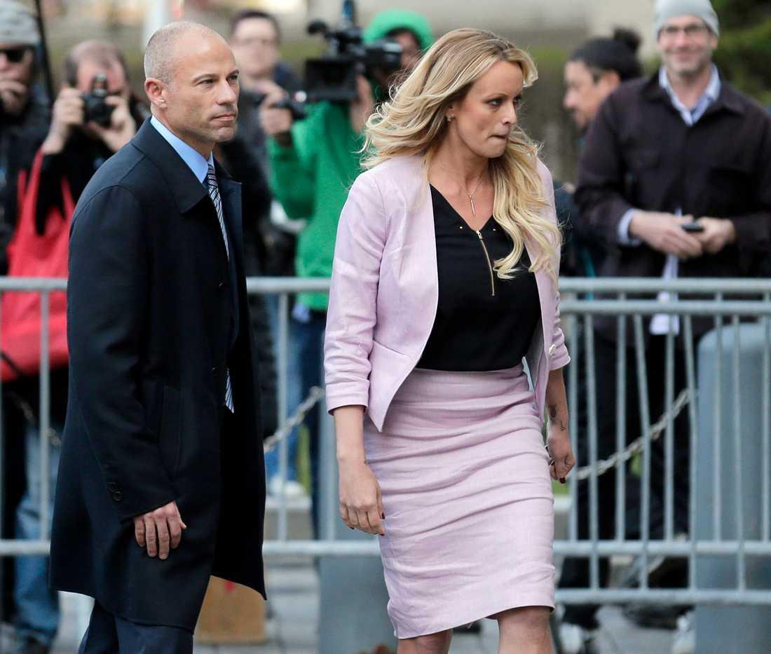 Porrstjärnan Stormy Daniels med sin advokat Michael Avenatti.