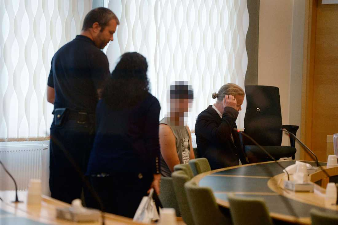18-åringen i tingsrätten under häktningsförhandlingen.