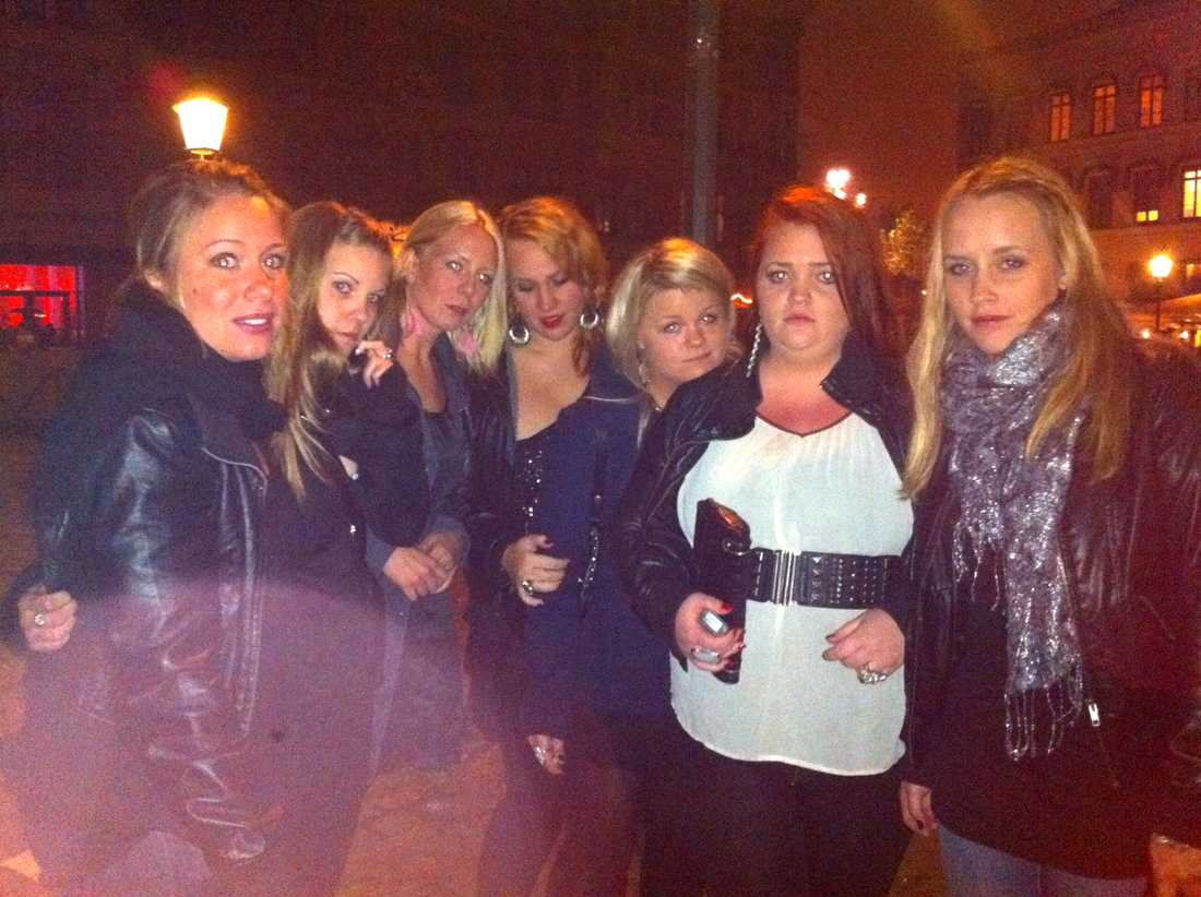 Hanna, Jonna, Erika, Jessica, Charlotte, Emelie och Emelie åkte från Göteborg för att se Rihanna – men 40 minuter innan konserten fick de besked att hon ställt in showen. Foto: Privat.