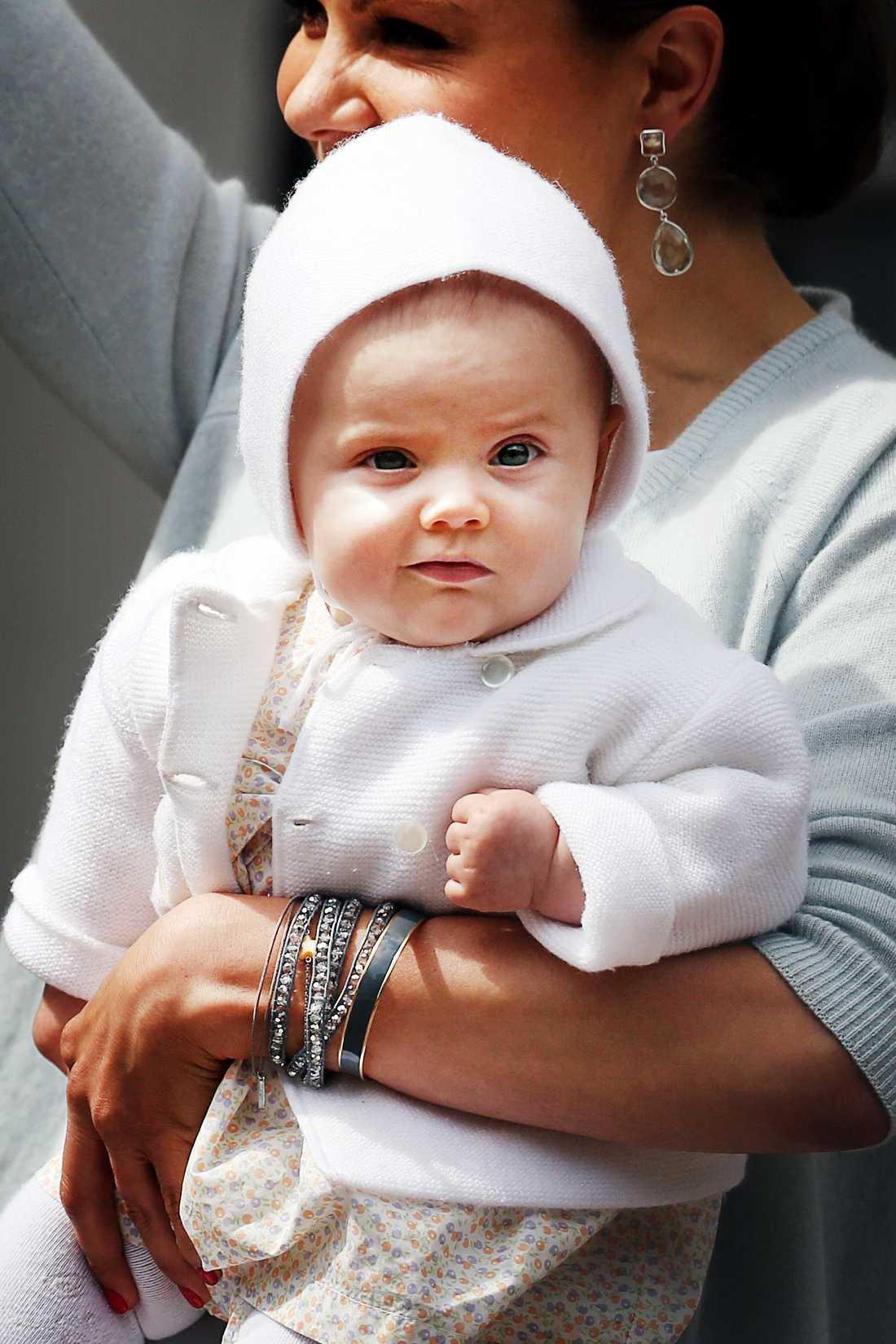 På mamma Victorias 35 års-dag kom Estelle ordentligt påpälsad i mysig kofta och huva.