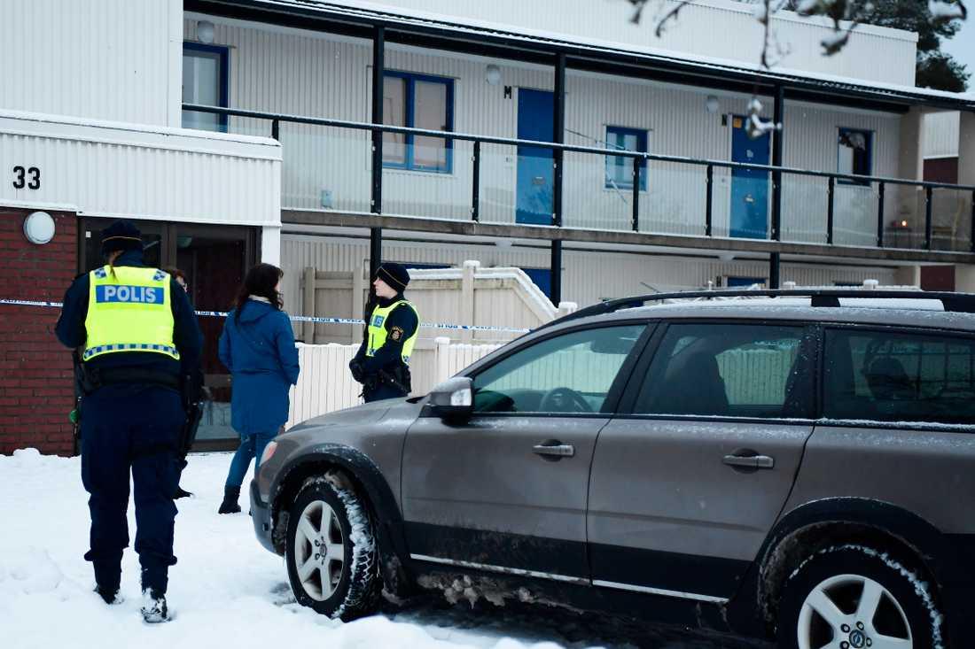Polis vid huset där mordet skedde i Vetlanda. 26-åringen som sedan dömdes slog själv larm efter knivattacken.