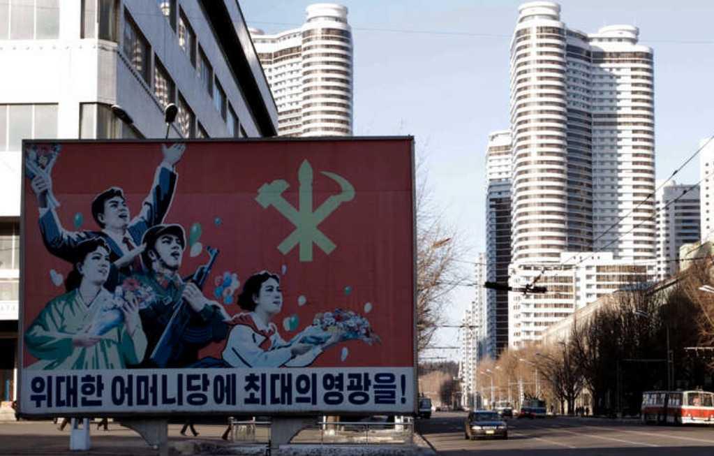 """""""Högsta äran till det stora moderpartiet"""" står det på skylten i Nordkoreas huvudstad Pyongyang."""