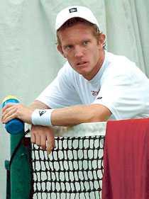 MATCHOTRÄNAD Thomas Johansson kan missa årets Davis Cup i början av mars. Han har nyss börjat träna efter fotoperationen.
