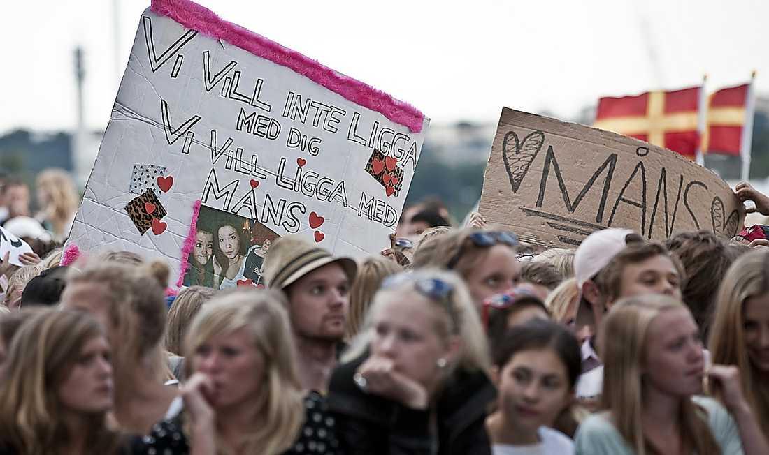 Publiken framför Sollidens scen hade skyltar åt det barnförbjudna hållet.