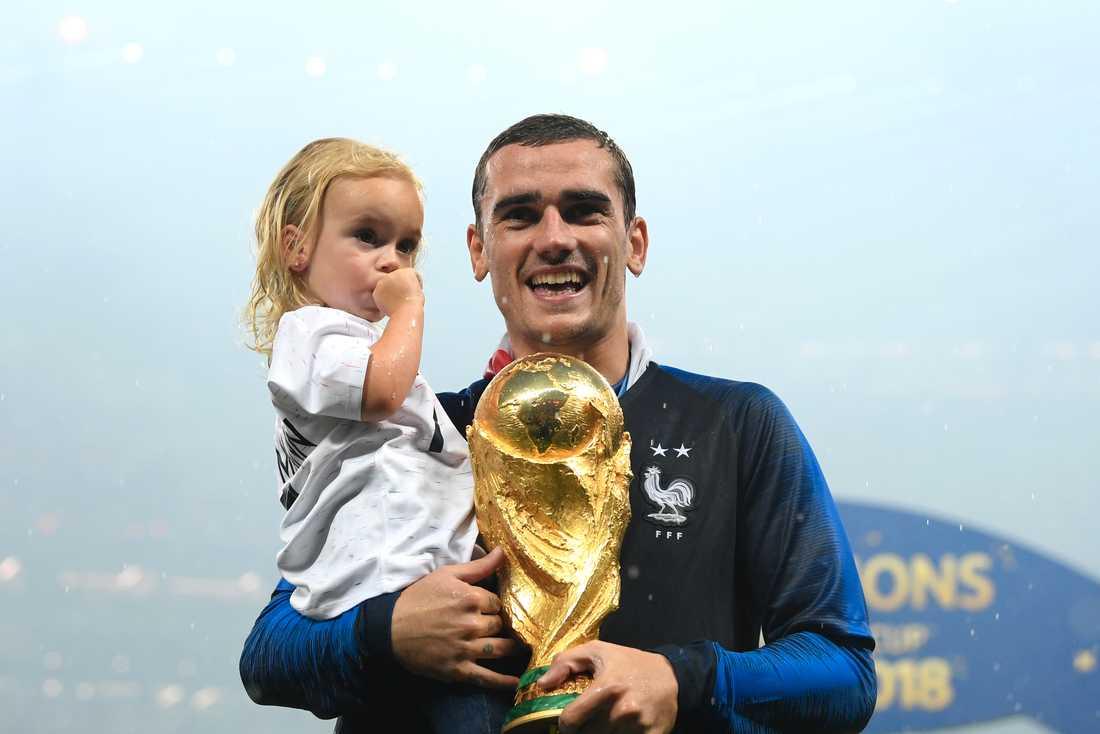 Antoine Griezmann med sin äldsta dotter Mia i samband med Frankrikes VM-guld 2018.
