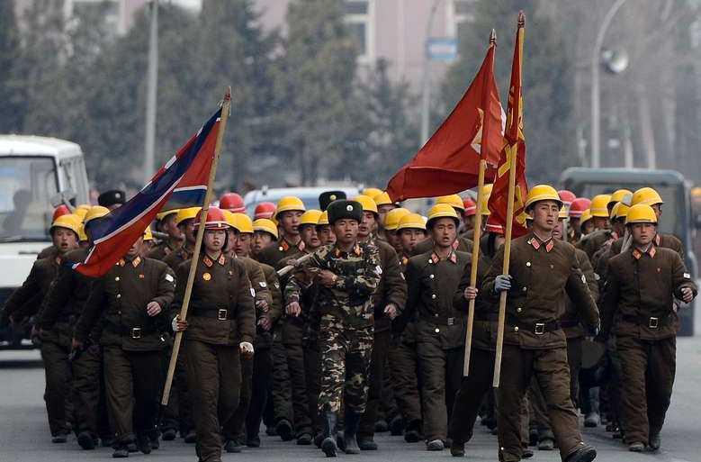Nordkoreanska soldater på marsch i Pyongyang under gårdagen.