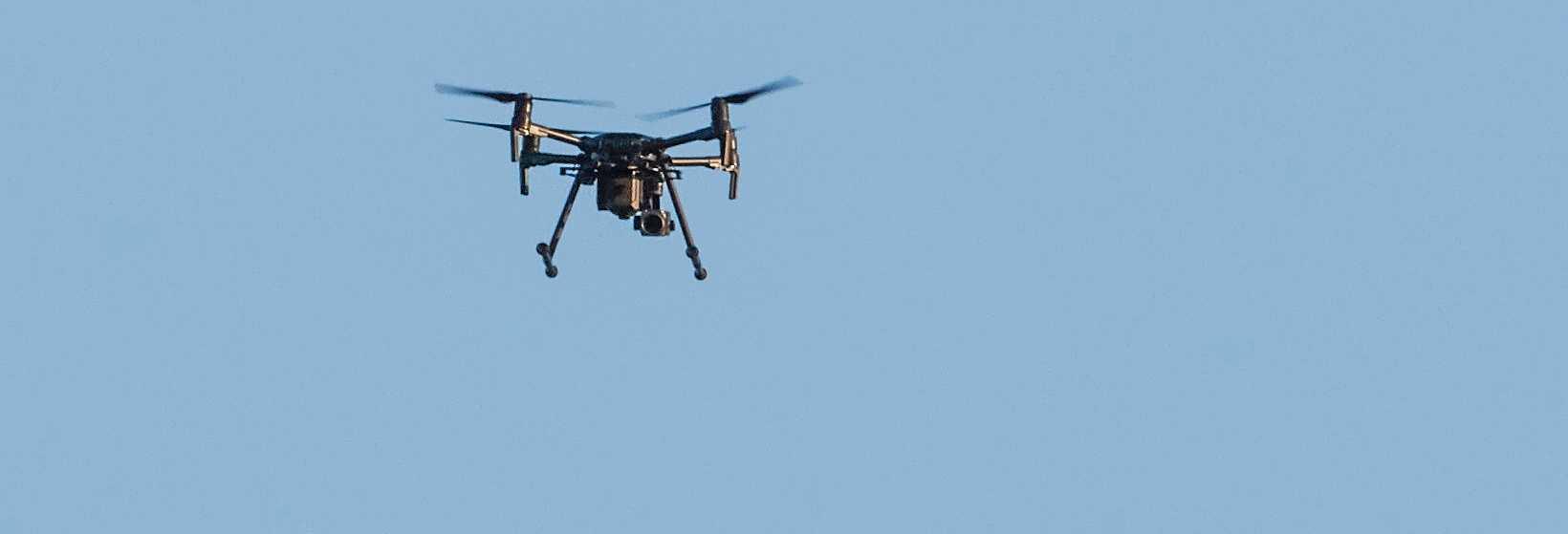 Om man hör något i luften som surrar kan det vara polisens flygande övervakningskamera. Inom ramen för Operation Rimfrost har polisledningen beslutat att området för bevakningen omedelbart utökas.