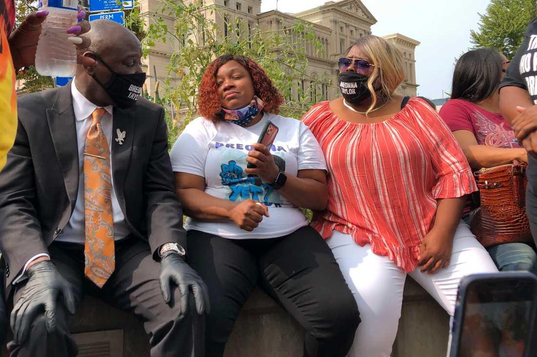 Breonna Taylors mamma Tamika Palmer (i mitten) säger att det nu är dags att gå vidare med åtal mot de poliser som var inblandade i dödskjutningen av hennes dotter.