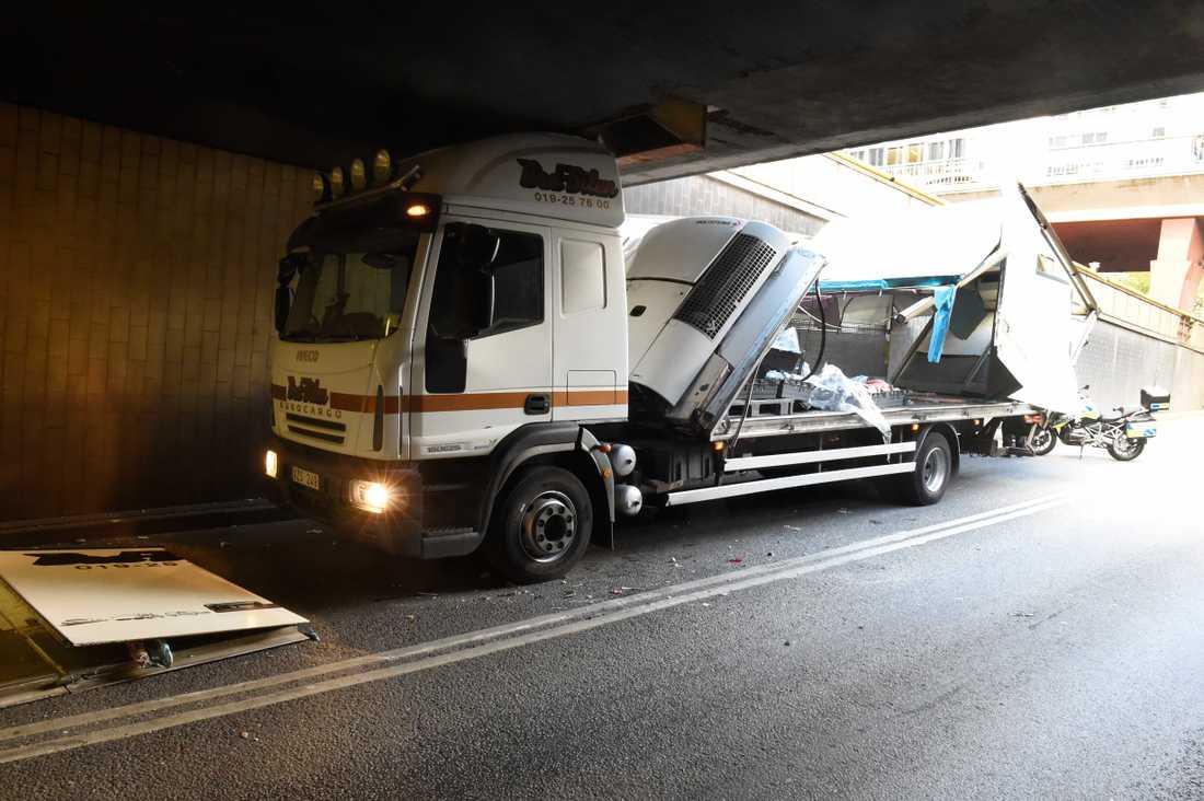 En lastbil blev fastkilad i Klaratunneln på Sveavägen.