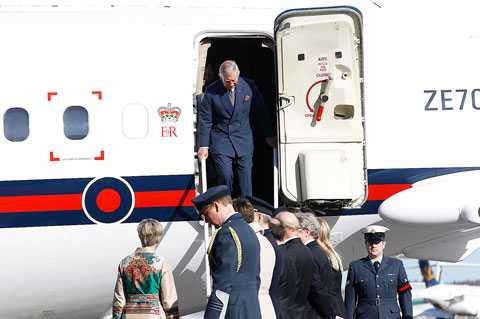 De engelska kungligheterna landar på Arlanda.