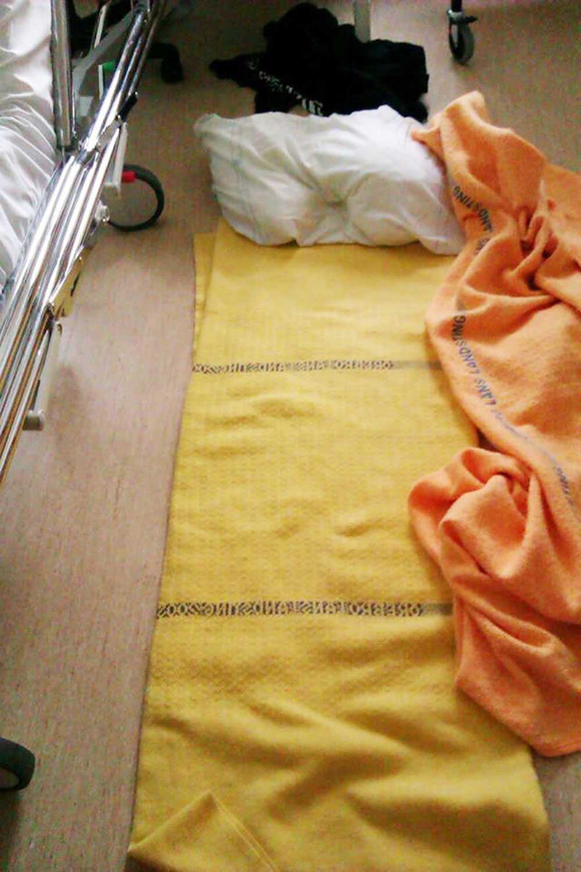 Mamman hänvisades till en plats direkt på sjukhusets golv.