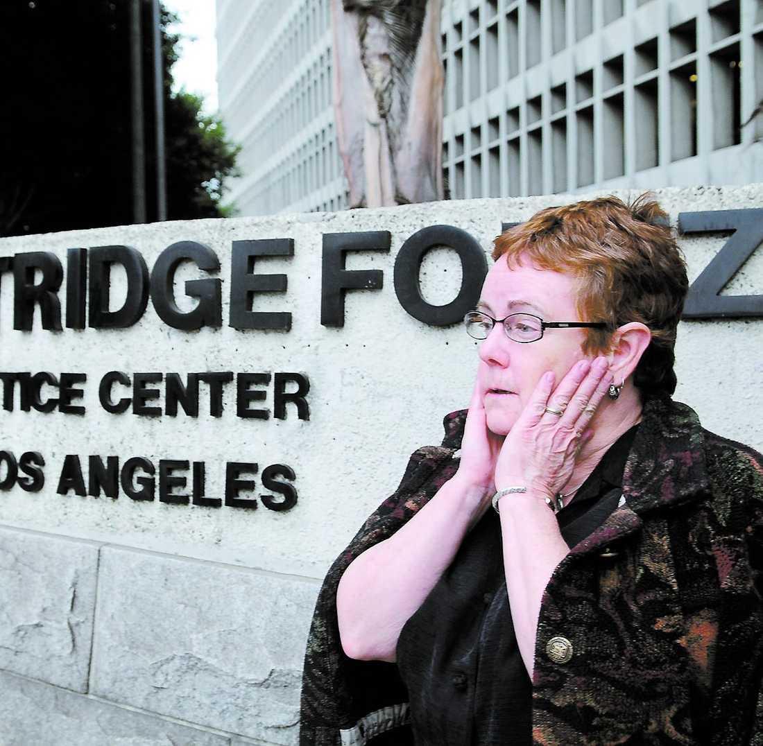 Darcy Bushnell, svägerska till dödade John Osnes, utanför Los Angels Criminal Courts Building.