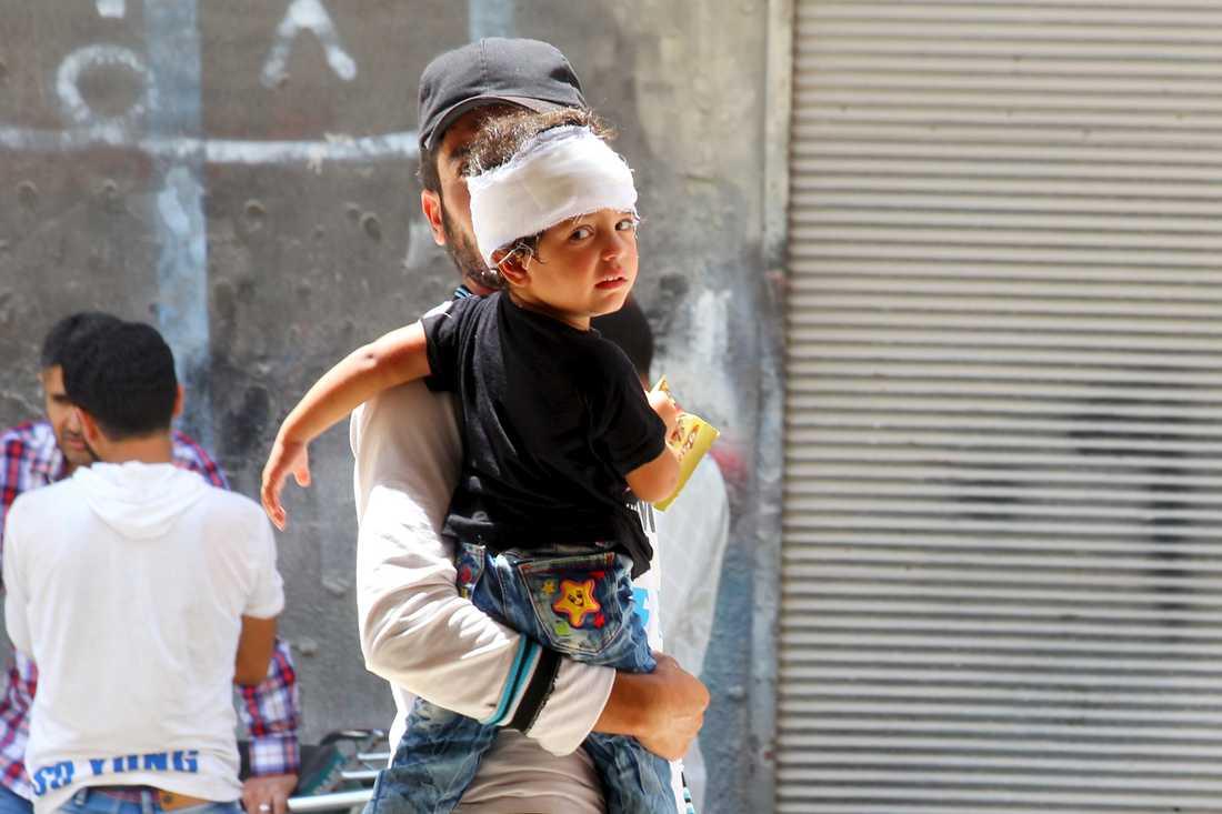 En man bör en skadad pojke från marknadsplatsen där stridsflygplanet störtade.