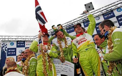 Polestar Racing tog en dubbelseger för Volvo 2009. Nu tackar Volvo med ett treårskontrakt.