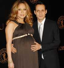 Jennifer Lopez och maken Marc Anthony, hon gravid med parets tvillingar Max och Emme. Tvillingarna med sina kända föräldrar var på omslaget av People magazine i mars 2008. Paret rapporteras ha fått uppemot 42 miljoner för bilderna.