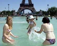 Svalkande Ett dopp i fontänerna vid Eiffeltornet är skönt när värmen stiger till över 30 grader.