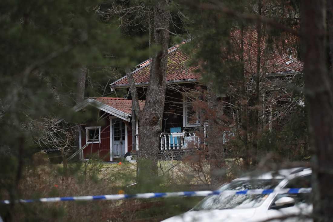 En kvinna och en man hittades döda i ett hus i Vallentuna i januari 2020. En 28-årig man som dömdes till livstids fängelse för morden har nu överklagat hovrättens dom med hänvisning till jäv. Arkivbild.
