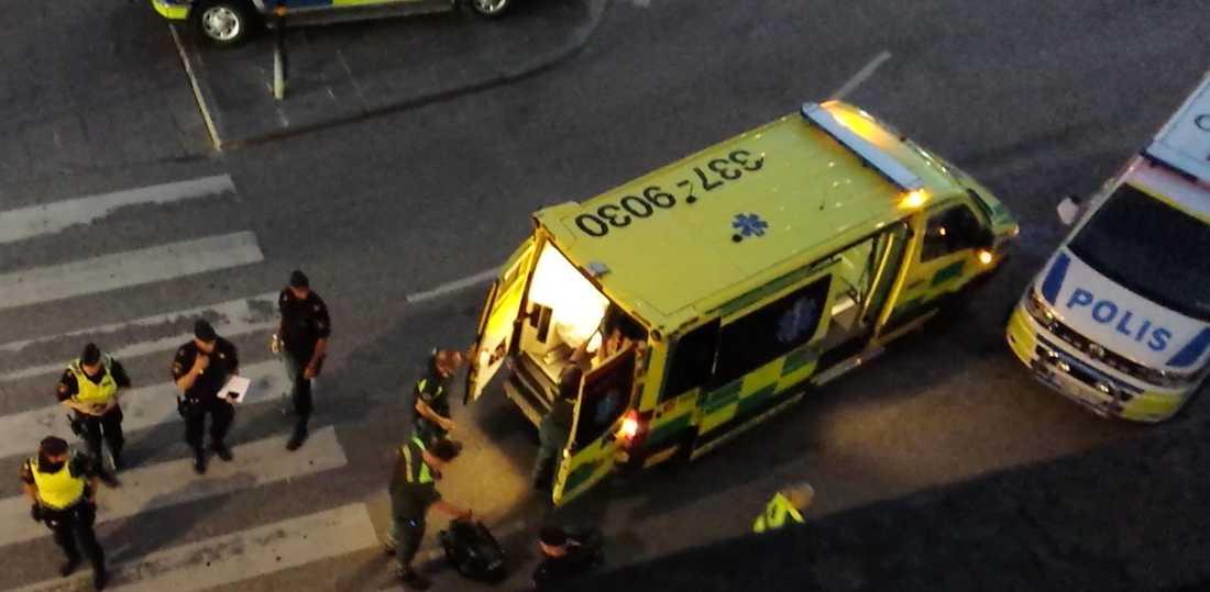 Den skadade mannen fördes iväg med ambulans.