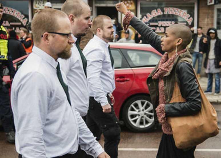 """""""Aggressioner på båda sidor"""", enligt USA:s president Donald Trump. Bilden visar """"alt-höger"""" och """"alt-vänster"""" i Borlänge 2016 när Maria-Teresa """"Tess"""" Asplund ställde sig framför nazister."""