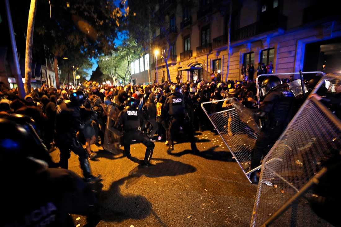 Kravallpolis och demonstranter drabbar samman utanför den spanska regeringsbyggnaden i Barcelona på tisdagskvällen.
