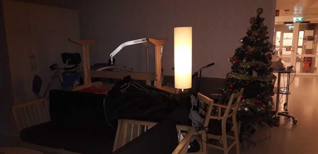På Södersjukhusets lungmedicinska avdelning har patienter placerats i dagrummet på grund av platsbrist.
