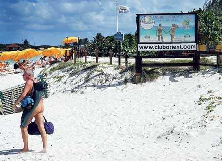 Ena änden av Orient Beach är nudiststrand.