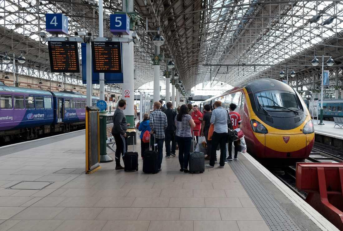 Många olika operatörer gör det brittiska tågsystemet svåröverskådligt. Här står ett Virgin-tåg (till höger) inne på Piccadilly-stationen i Manchester.