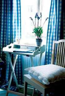 Blåvitrutiga gardiner och väldoftande lavendel ger en härligt lantlig känsla.