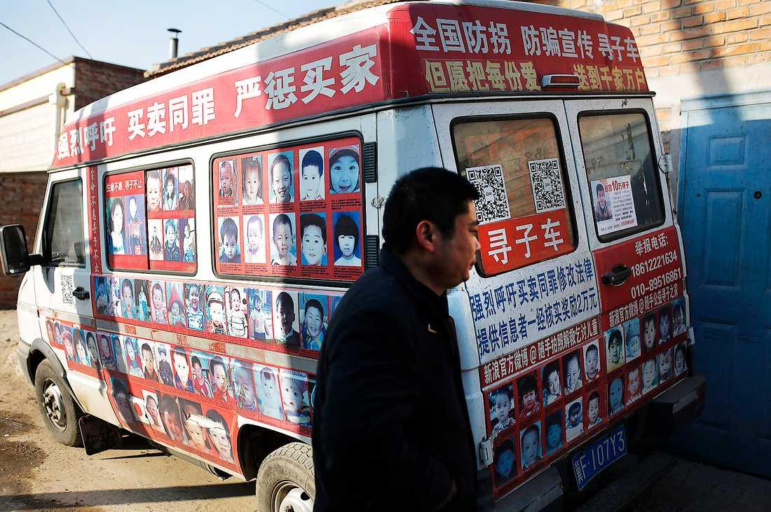 Xiao Chaohua, som förlorade sin son utanför en affär 2007, visar foton på efterlysta barn på sin skåpbil. Kinesiska barn kidnappas och säljs för adoption – bland annat till Sverige.