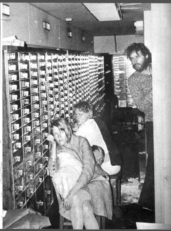 Den kanske mest kända bilden från Norrmalmstorgsdramat 1973, tagen av en poliskamera som sänkts ner i bankvalvet och visar Clark Olofsson, till höger, och gisslan till vänster.