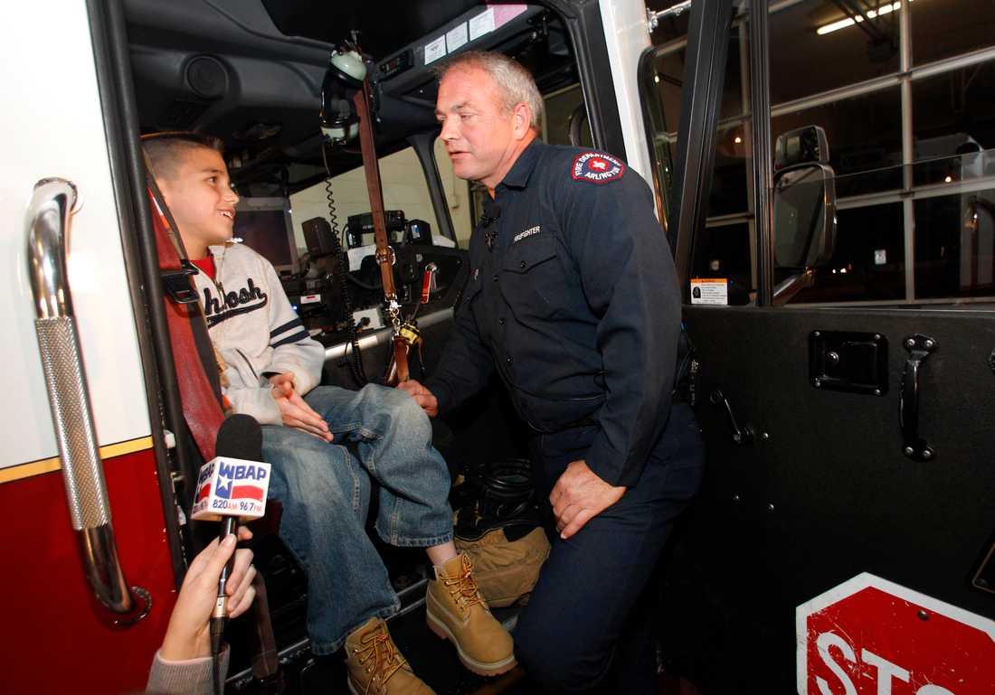 Koregan Quintanilla, 10, och brandmannen Wesley Keck.