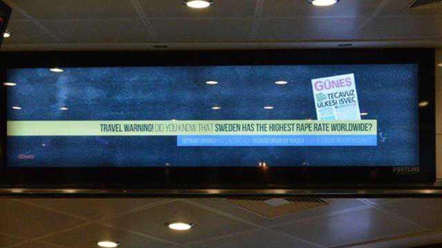 Den regeringstrogna tidningen skriker ut sitt varnande budskap på den internationella flygplatsen i Istanbul.