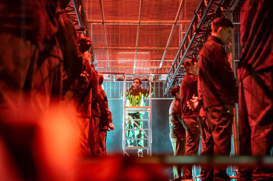 Under den första låten i Globen uppträdde Asap Rocky på fängelseburar där dansarna var interner.