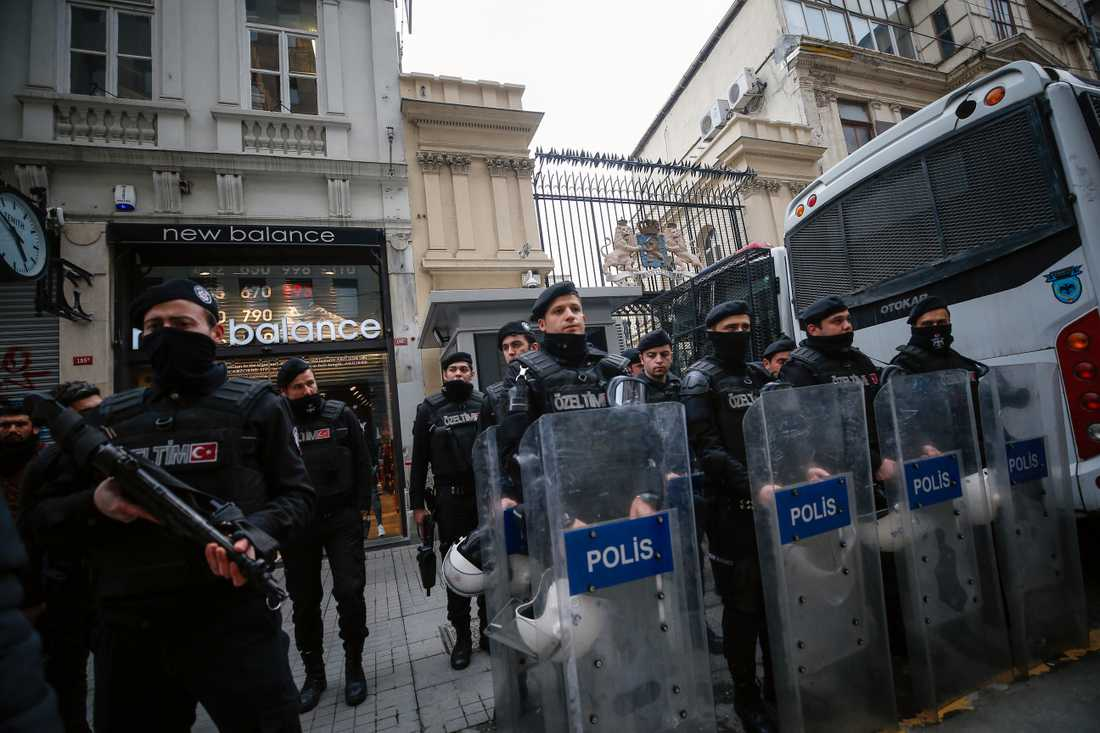 Polis utanför Nederländernas ambassad i Turkiet.