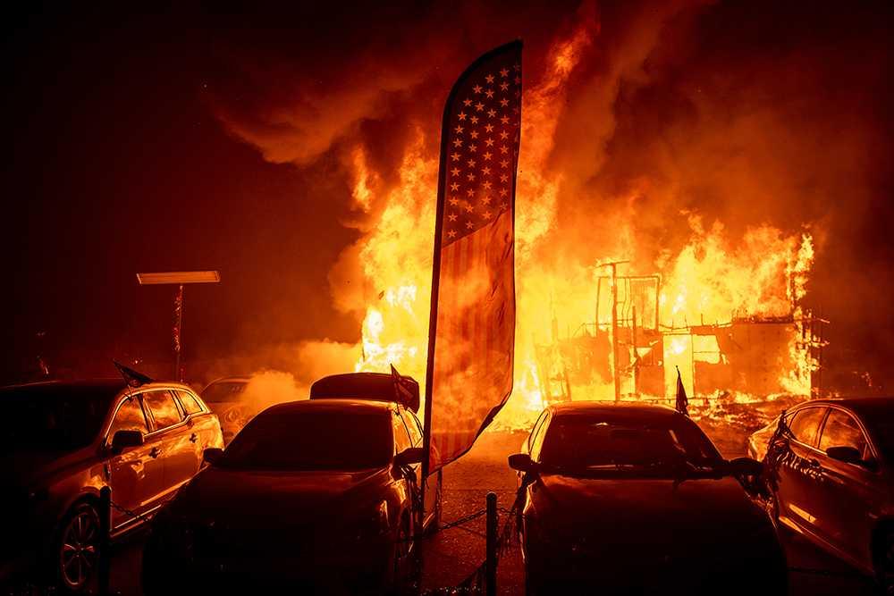 Två enorma skogsbränder härjar i Kalifornien.