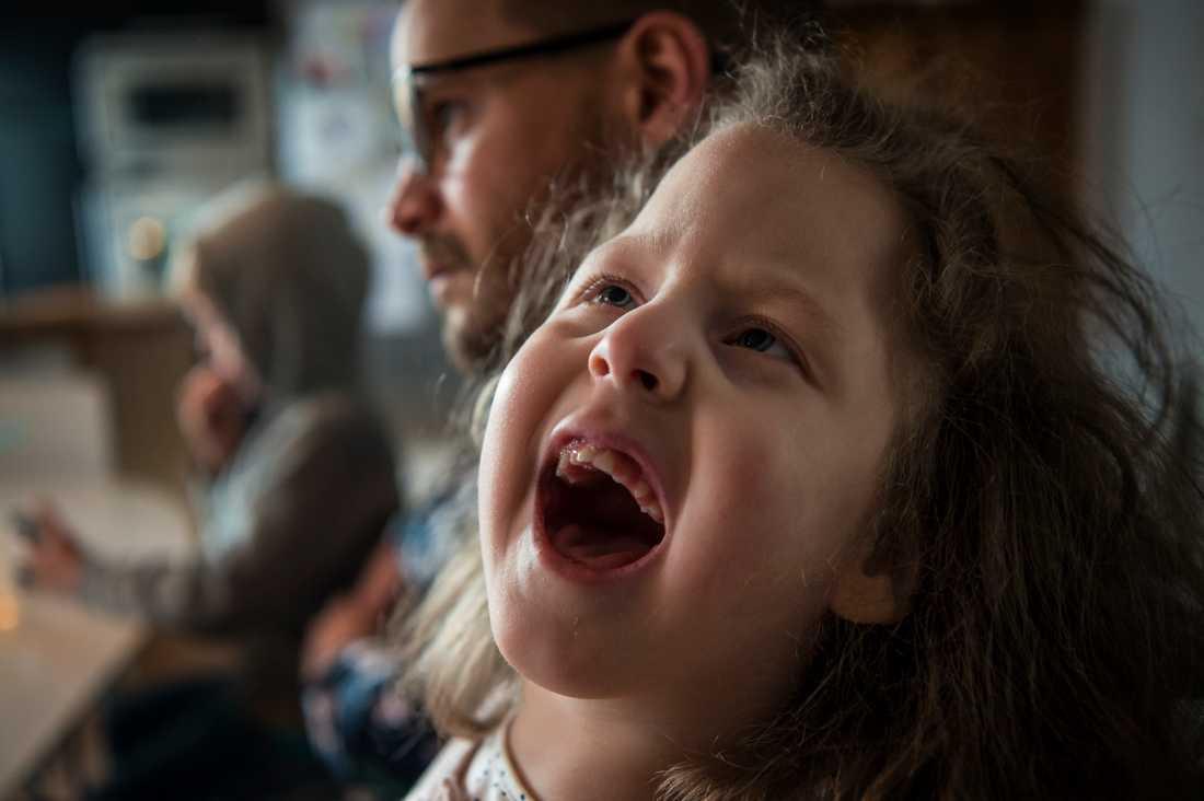 Elvira har epilepsi, en omfattande CP-skada och en utvecklingsstörning.