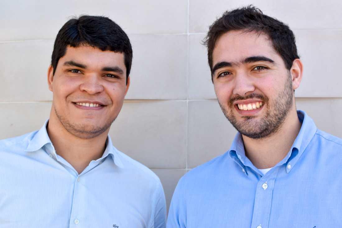 Pedro Rafael, till höger, kandiderar för mitten-högerpartiet PSD i Brasilien. Hans mål är att ta sig till parlamentet. Till sin hjälp har han medarbetaren Guilherme Paiva, till vänster.
