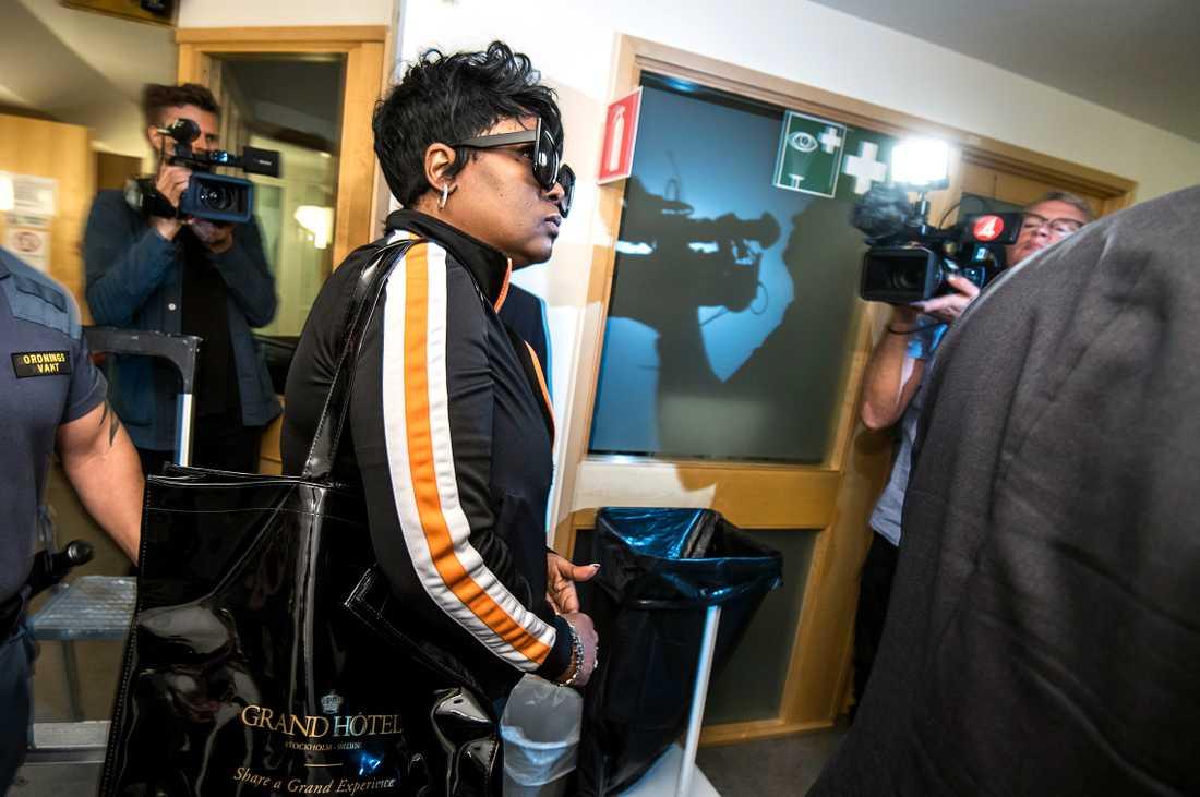 Rakim Mayers mamma Renee Black lämnar rättegången för lunchpaus.