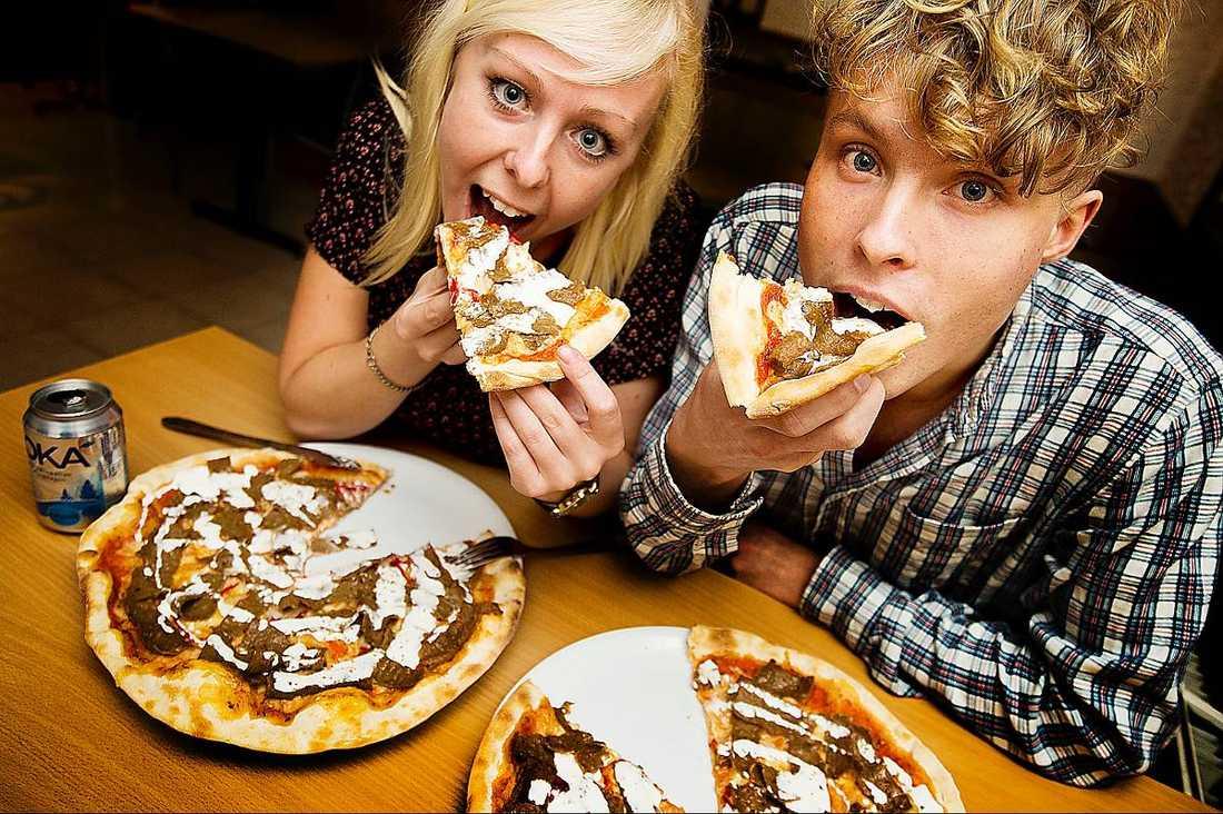 Aftonbladets reportrar testar kebabpizza på pizzeria Palmera i Vårberg i södra Stockholm.
