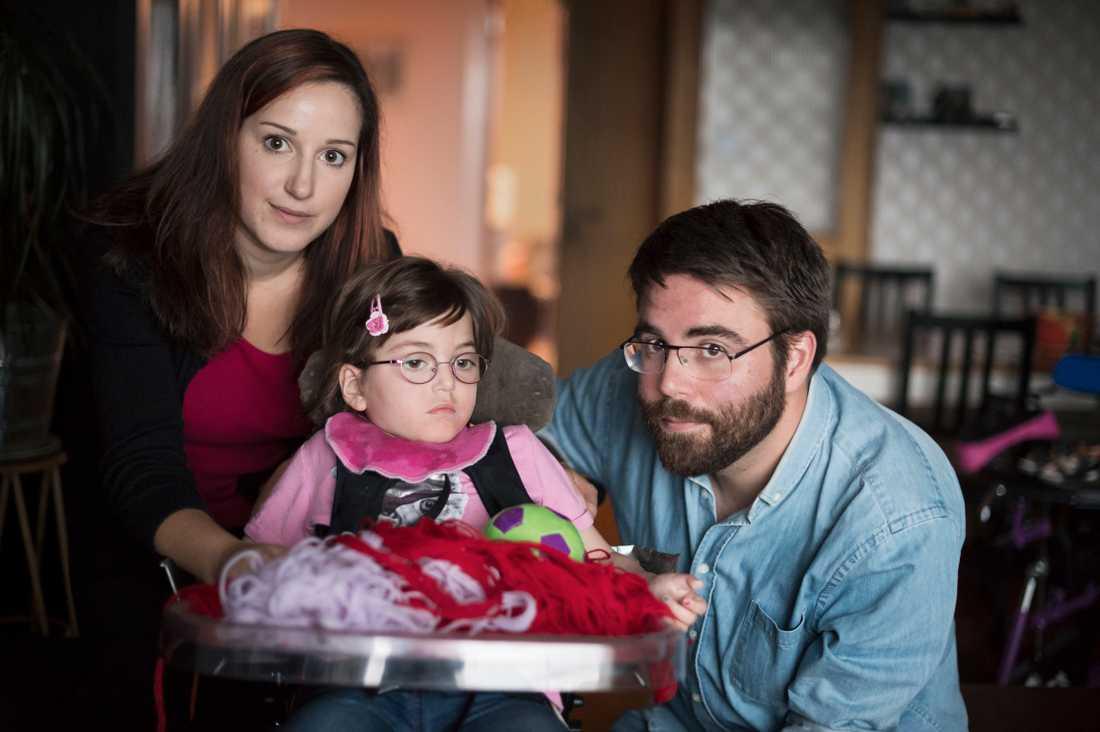 Selma Lundmark, 4 år, med mamma Mia Odeh och pappa Jonas Lundmark.